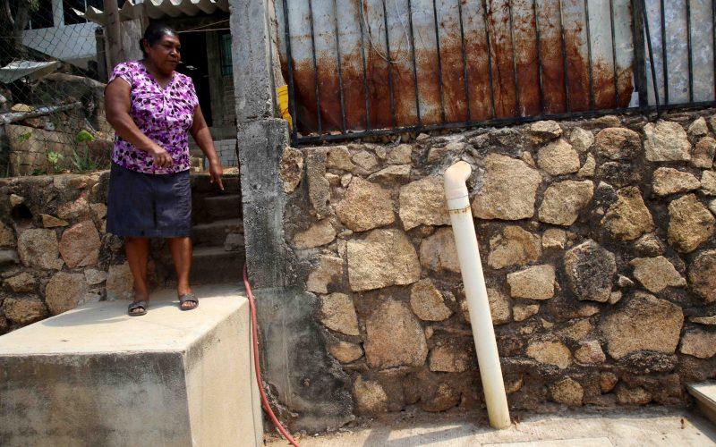 6 de Mayo del 2021 Acapulco, Guerrero.  Una vecina señala las tuberias que estan vacias por la falta de agua desde hace varios meces en la colonia Alta Icacos. Foto: Carlos Alberto Carbajal