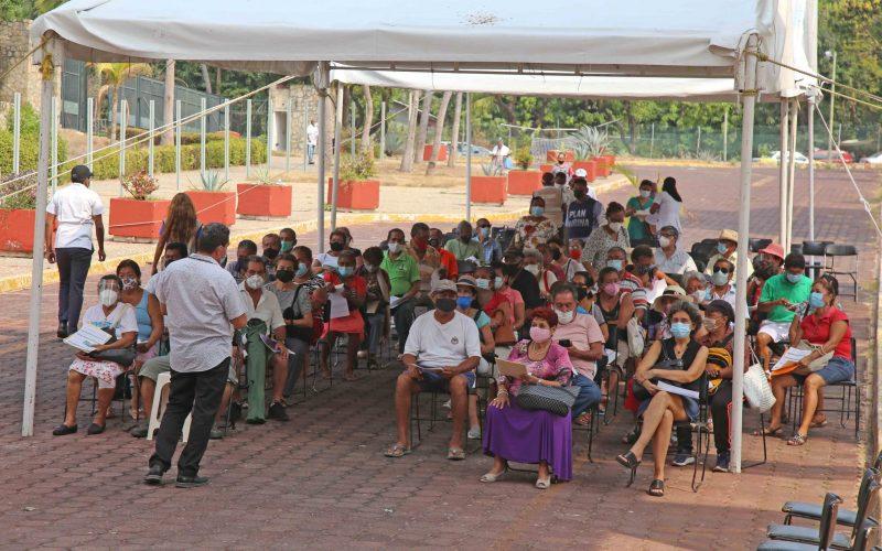 6 de Mayo del 2021 Acapulco, Guerrero.  Adultos mayores esperan su turno para recibir la segunda dosis de la vacuna contra covid-19, en el Centro Internacional Acapulco. Foto: Carlos Alberto Carbajal