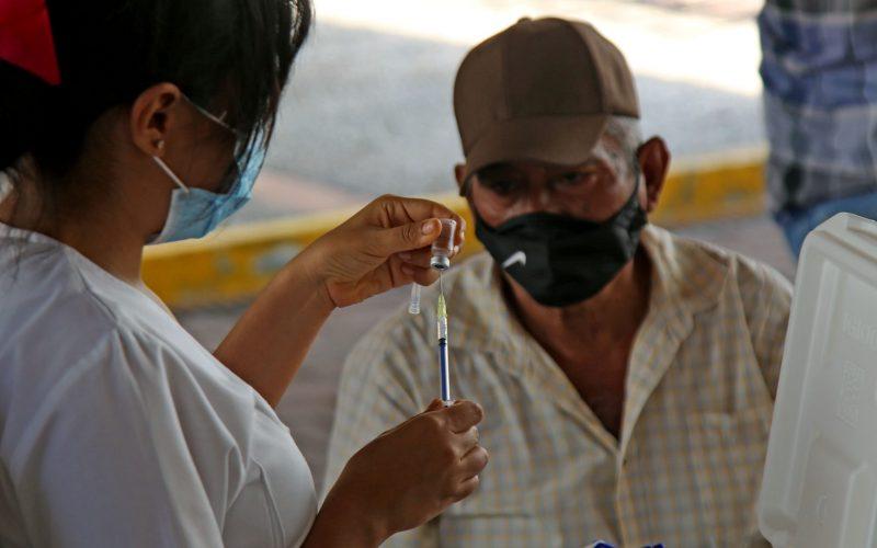 6 de Mayo del 2021 Acapulco, Guerrero.  Una enfermera prepara una vacuna contra covid-19 para aplicarla a un adulto mayor, en el Centro Internacional Acapulco. Foto: Carlos Alberto Carbajal