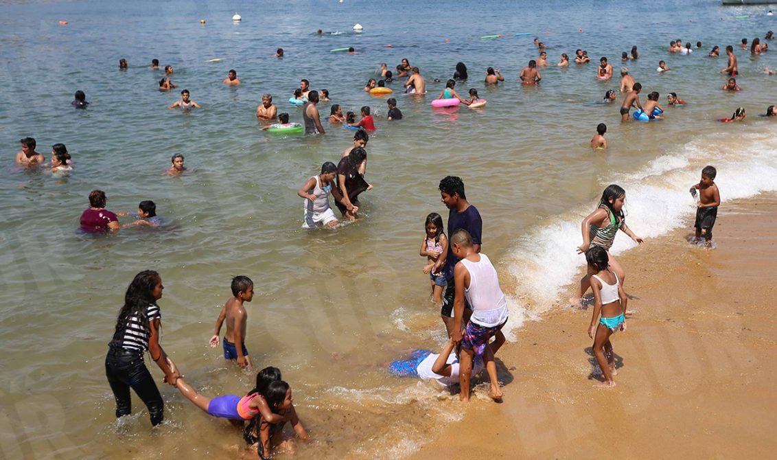 Acapulco,Gro/04Abril/ Visitantes la tarde de ayer en la playa Tlacopanocha, en el puerto de Acapulco. Foto: Jesús Trigo