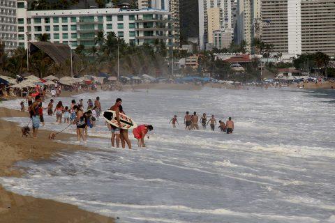 24 Abril 2021 Acapulco, Gro. Grupo de bañistas en la playa El Morro en donde aun continuaba el fuerte oleaje el día sábado. Foto: Carlos Alberto Carbajal