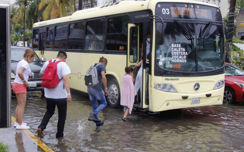 18 de Junio del 2021 Acapulco, Guerrero.   Las lluvias provocadas por la tormenta Dolores, causaron algunos inundaciones leves en algunas zonas de la Costera. Foto: Carlos Alberto Carbajal