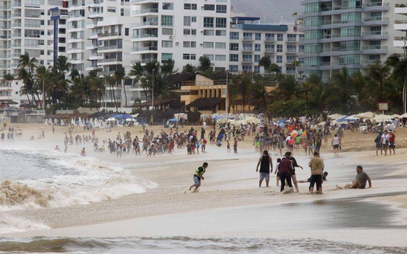 18 de Junio del 2021 Acapulco, Guerrero.  A pesar de las lluvias provocadas por la tormenta Dolores, se observo de decenasa de bañistas en la playa El Morro. Foto: Carlos Alberto Carbajal