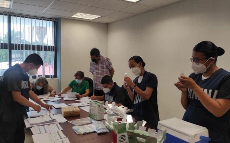 Personal de la Marina en el Tecnológico de Altamirano durante la semana anterior cuando apoyaron en la va-cunación y cumplieron con la meta de 13 mil dosis con el personal de salud. Foto: Israel Flores