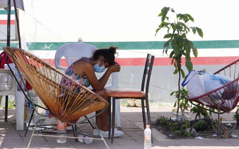 3  de agosto 2021 Acapulco, Gro.   Una joven trata de descansar mientras espera noticas de su paciente internado en el área de covid-19 del hospital General de El Quemado . Foto: Carlos Alberto Carbajal
