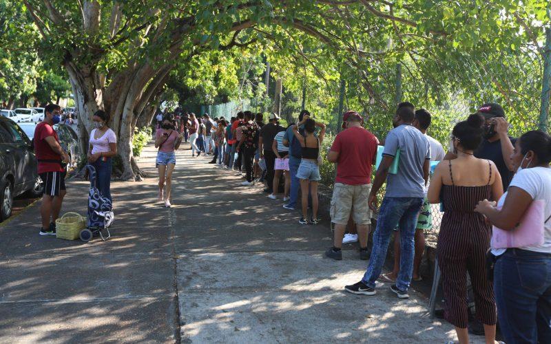 Acapulco,Gro/03 Agosto2021/ La fila  ciudadanos  rodeando  en su totalidad en el Centro de Convenciones en el puerto de Acapulco. Foto: Jesús Trigo
