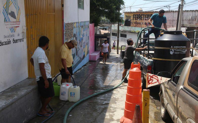 Acapulco, Guerrero, 22sepiembre2021  Vecinos de la colonia Garita llenan garrafones, tambos y  tanques Rotoplas , para poder abastecrse se agua en los manantiales qué hay en la colonia, ante la escaces del vital líquido en el puerto. Foto: Carlos Alberto Carbajal