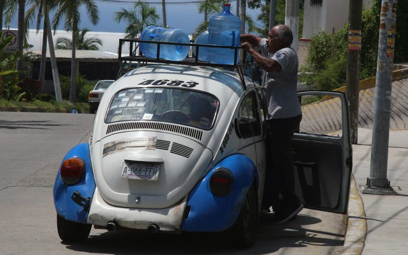 Acapulco, Guerrero, 22 siempre 2021  Un hombre acostada garrafones con agua en su carro, luego de tomar agua de los manetiales de la comida Garita. .. Foto: Carlos Alberto Carbajal