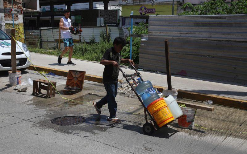 Acapulco Guerrero, 22septiembre2021  Vecinos de los barrios históricos acarrean agua de una fuga, en la calle Ignacio Zaragoza, ya llevan más de un mes si agua. foto: Carlos Alberto Carbajal