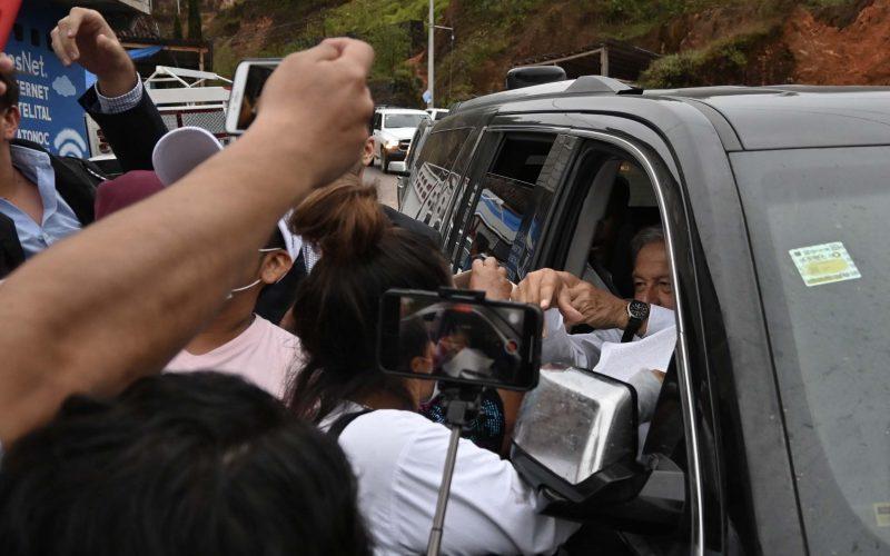 22102021 Metlatonoc, Guerrero/ El presidente Andrés Manuel López Obrador, llega a Metlatonoc, donde recibió peticiones de la gente que lo esperó por más de 3 horas. Foto: Lenin Ocampo Torres