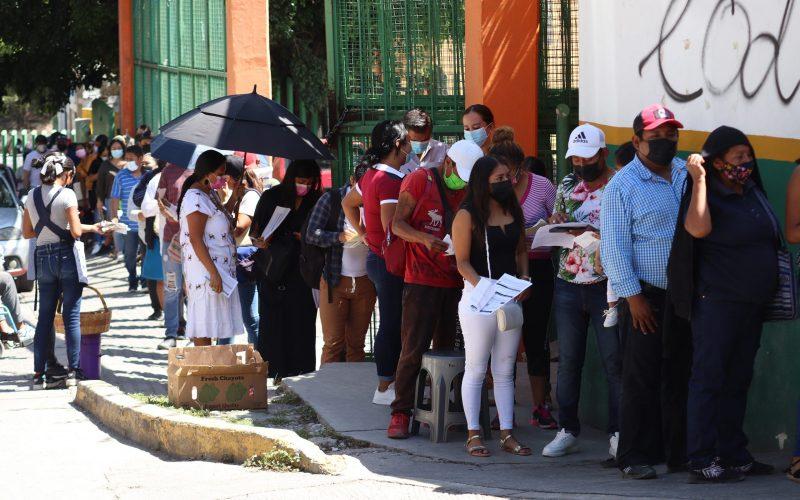 Chilpancingo Gro, 18 de octubre de 2021. // Una larga fila se presento en la canchas de la colonia del PRI en el tercer día de vacunación para personas de 18 a 39 años para recibir la segunda dosis de la vacuna contra el Covid-19 de la farmaceutica AstraZeneca. // Foto: Jesús Eduardo Guerrero