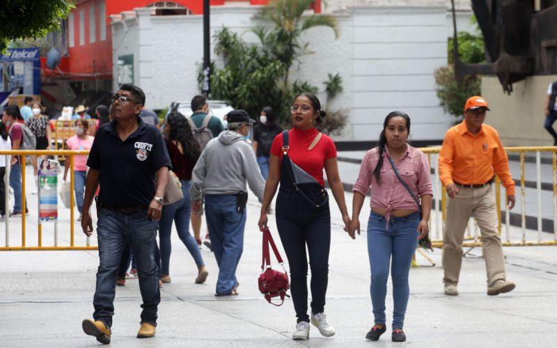 jnt-zocalo-semaforo-verde.jpg: Chilpancingo, Guerrero 17 de octubre del 2021//  El zócalo de Chilpancingo, a las 2 de tarde, con el semáforo epidemiológico en color verde.  Foto: Jessica Torres Barrera