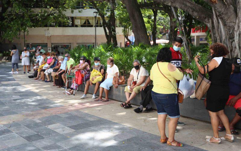 Acapulco,Gro/17Octubre2021/  Un grupo de personas espera la misa del medio día.  frente a la Catedral  en el Zócalo de  Acapulco. Foto: Jesús Trigo